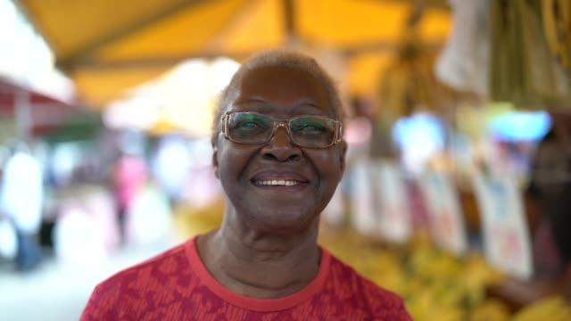 vídeos de stock, filmes e b-roll de retrato de mulher feliz etnia africana sênior - mulheres idosas