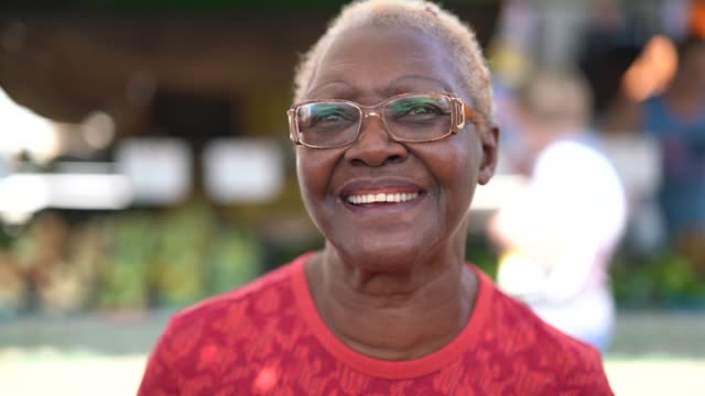 happy senior african ethnicity woman portrait - rivolto verso l'obiettivo video stock e b–roll