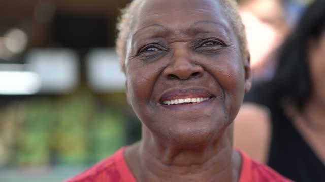 glücklich senior afrikaner frau portrait - person gemischter abstammung stock-videos und b-roll-filmmaterial