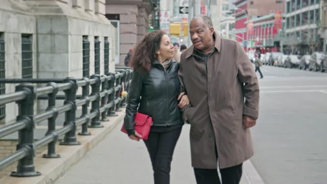 Glückliche Senior afroamerikanischen paar Spaziergang in der Stadt
