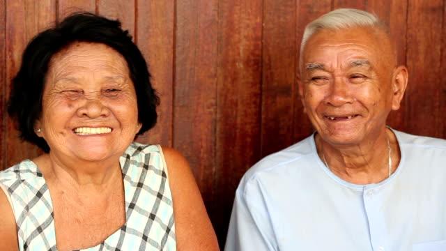 Gelukkige Senior Aziatische paar op houten achtergrond