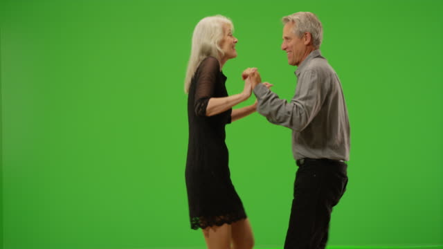 vídeos de stock e filmes b-roll de happy senior couple dancing together on green screen - silhueta