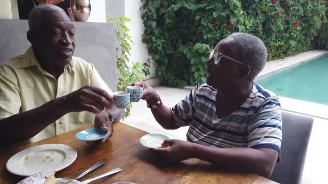 glückliches seniorenpaar toasting mit kaffeetasse - real wife sharing stock-videos und b-roll-filmmaterial