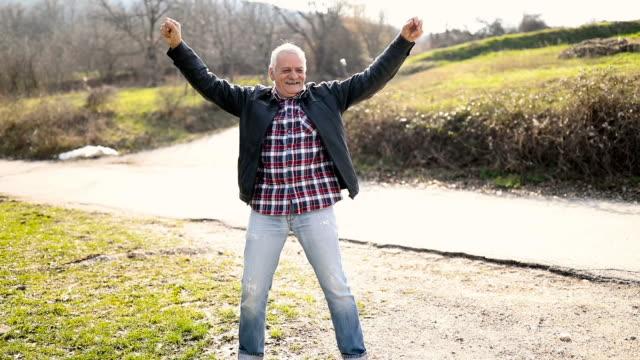Happy senior woman tanzen im freien