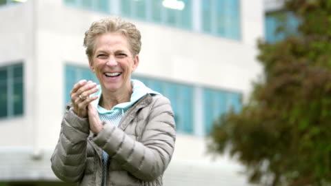 vidéos et rushes de heureuse femme senior riant, gesticulant, excité - cadrage à la taille