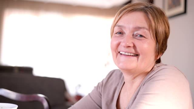 glückliche senior frau  - gelassene person stock-videos und b-roll-filmmaterial