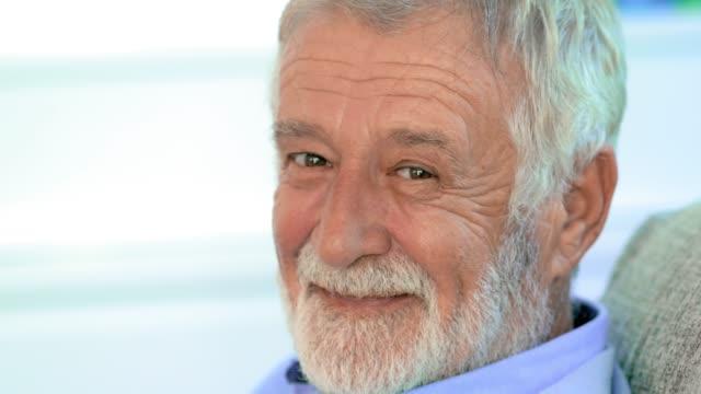 vidéos et rushes de personnes âgées heureuses - 60 64 ans
