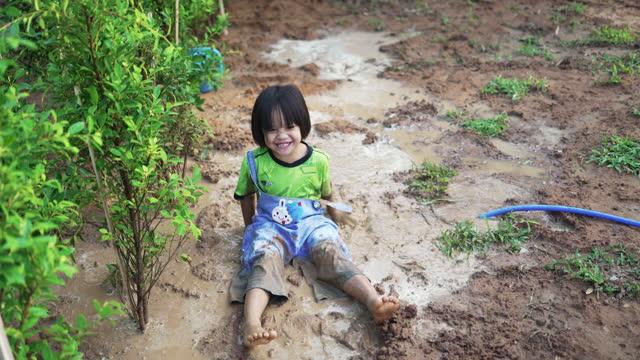 庭で幸せな小さな女の子。 - ヨゴレ点の映像素材/bロール