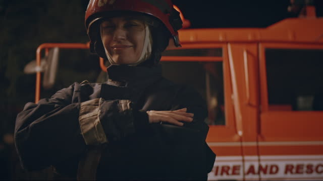 vidéos et rushes de pompier heureux de sourire. - courage