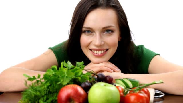 hd: felice donna sorridente con verdure e frutta su bianco - cucina vegetariana video stock e b–roll