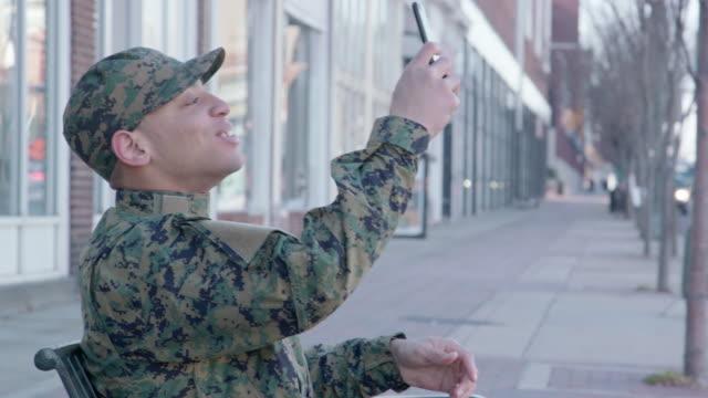 Gelukkig soldaat Video Messaging met behulp van slimme telefoon