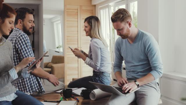 Glücklich Start-up-Team per Funk-Technologie im casual Büro und nehmen ein Selbstporträt mit Touchpad.