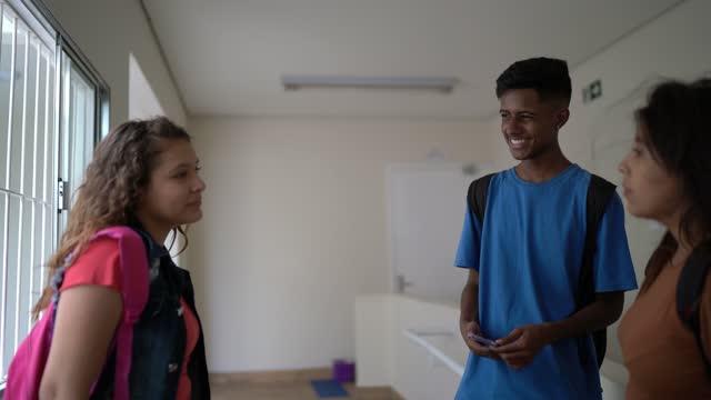 glada elever pratar i skolans korridor - 16 17 år bildbanksvideor och videomaterial från bakom kulisserna