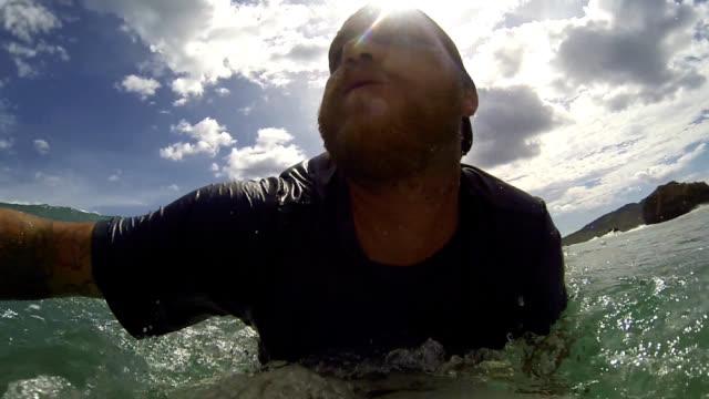 glückliche surfer - badeshorts stock-videos und b-roll-filmmaterial