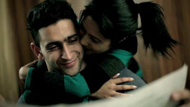 vidéos et rushes de heureux, surpris couple romantique lisant le journal ensemble. - petite amie