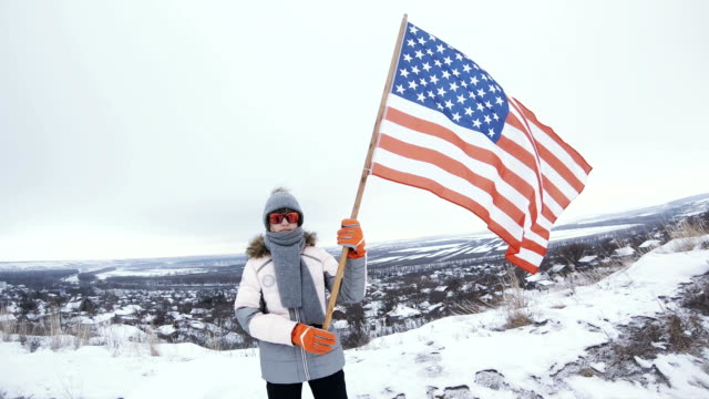 vídeos de stock e filmes b-roll de happy teenager girl holding usa flag - patriotismo