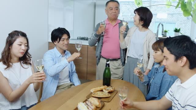 日本の家で幸せなトースト - アルコール飲料点の映像素材/bロール