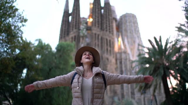 vídeos y material grabado en eventos de stock de feliz turista enamorado de barcelona - iglesia