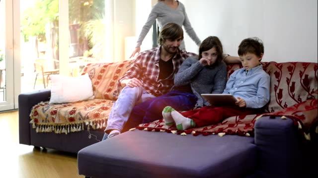 türkische familie - real wife sharing stock-videos und b-roll-filmmaterial