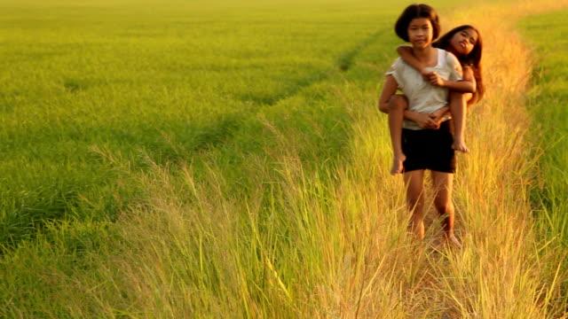 2 つの幸せな女性 - おんぶ点の映像素材/bロール