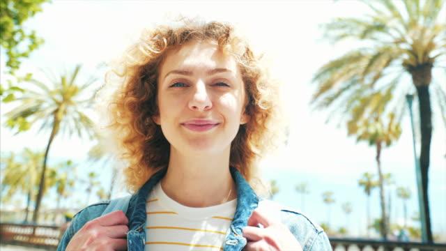 vídeos y material grabado en eventos de stock de feliz retrato de mujer urbana. - emoción positiva