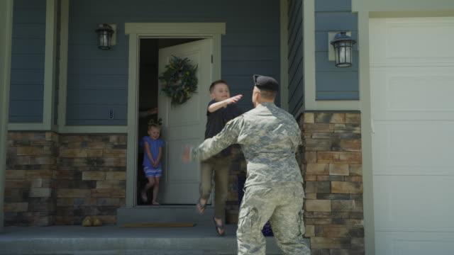 vídeos y material grabado en eventos de stock de happy wife and children greeting soldier returning home from duty / lehi, utah, united states - lehi