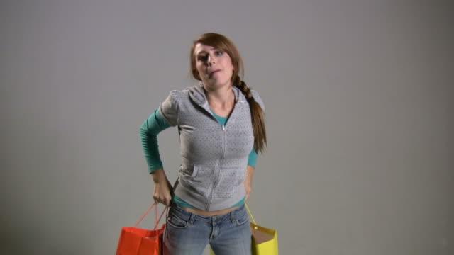 stockvideo's en b-roll-footage met (hd1080i) happy woman adjusts clothing - bijstellen