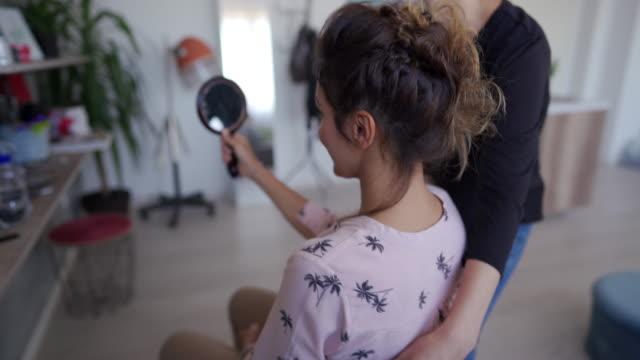 vídeos de stock, filmes e b-roll de mulher feliz no salão cabeleireiro - salão de beleza