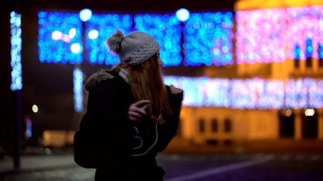 街で祝う幸せな女 - 頭にかぶるもの点の映像素材/bロール