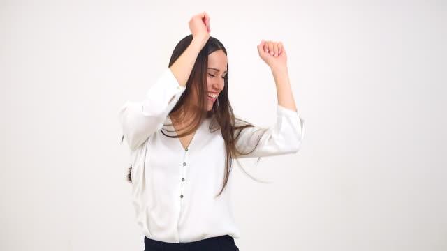 vídeos de stock e filmes b-roll de dança mulher feliz - filhote de animal