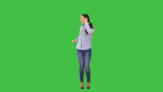 vídeos de stock, filmes e b-roll de feliz mulher dançando - full length