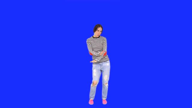vídeos y material grabado en eventos de stock de mujer feliz bailando - encuadre de cuerpo entero