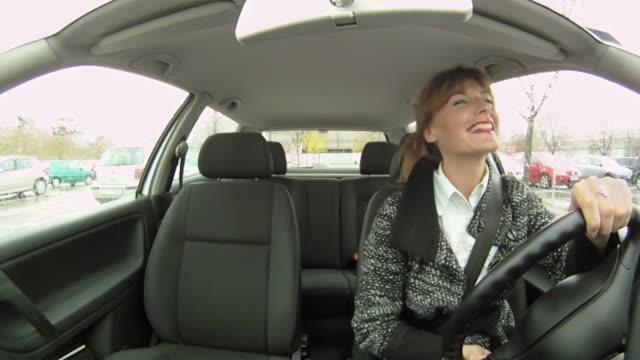 vídeos y material grabado en eventos de stock de hd: mujer feliz en automóvil - content