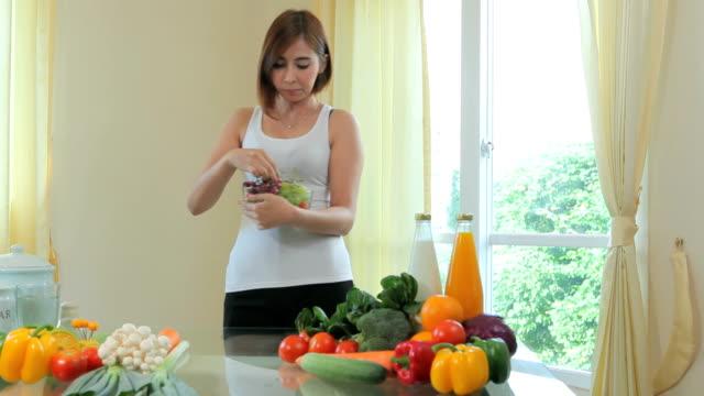 幸せな女性食事用のブドウ - ジェンダー・ステレオタイプ点の映像素材/bロール