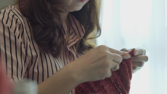 編み針を楽しむ幸せな女性。 - キャンペーンバッジ点の映像素材/bロール
