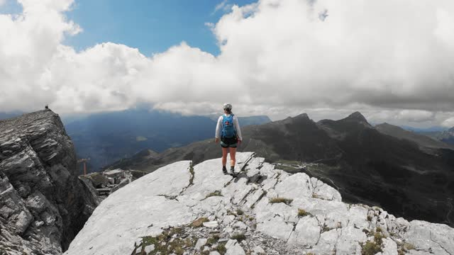 山の頂上に幸せな女性ハイカー - 目が回る点の映像素材/bロール