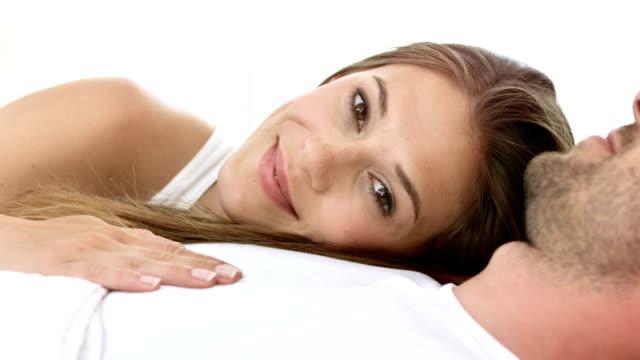 hd :男性に横たわる幸せな女性の胸部 - adults only videos点の映像素材/bロール