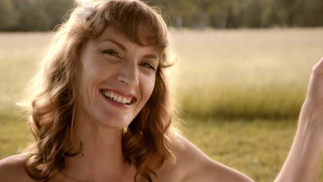 vídeos de stock, filmes e b-roll de mulher feliz em um balanço - 25 30 anos