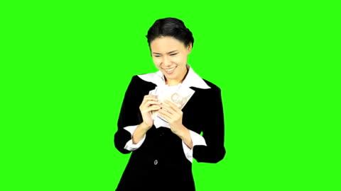 vídeos y material grabado en eventos de stock de feliz mujer compras en pantalla verde de fondo - keyable
