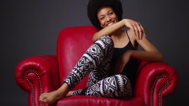 vídeos y material grabado en eventos de stock de happy woman sitting in chair - camisola