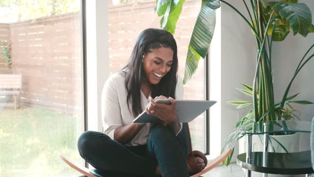 vídeos y material grabado en eventos de stock de happy woman video chats con amigo durante covid-19 - refugiarse en un lugar concepto