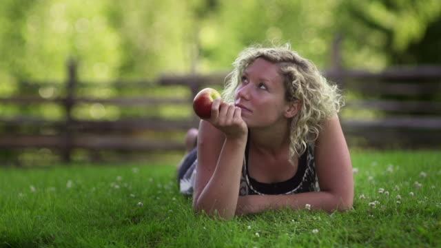 幸せな女性 - 若い女性だけ点の映像素材/bロール