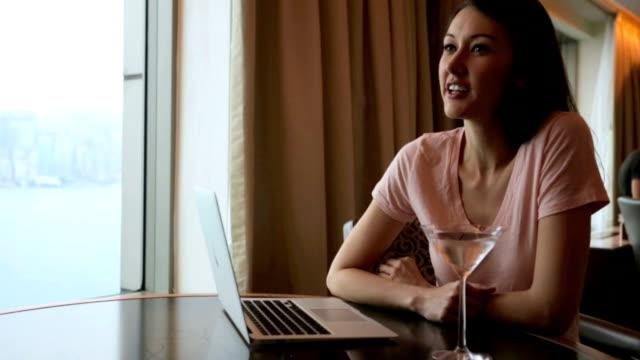 幸せな女性 - ユーラシアエスニシティ点の映像素材/bロール