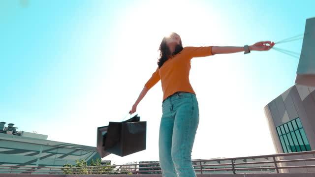 vidéos et rushes de femme heureux avec le sac à provisions - sac de shopping
