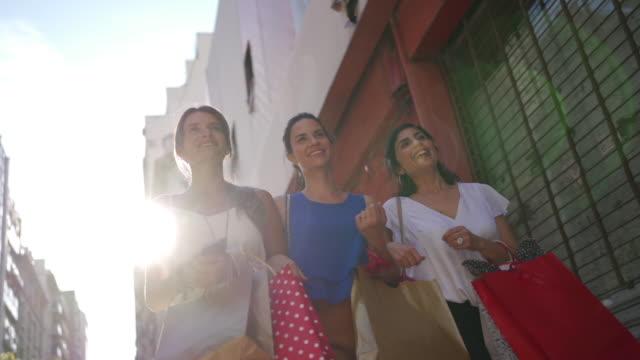 vidéos et rushes de femmes heureuses après le magasinage - sac de shopping