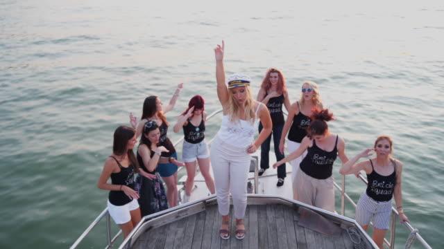 vidéos et rushes de heureux femmes qui dansent sur la partie de bachelorette - voilier à moteur