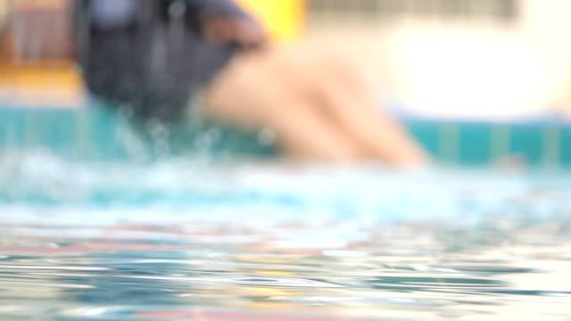 slo mo lyckliga kvinnor som spelar i poolen - utebassäng bildbanksvideor och videomaterial från bakom kulisserna