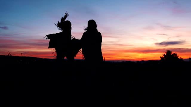 Glückliche Frauen laufen bei Sonnenuntergang