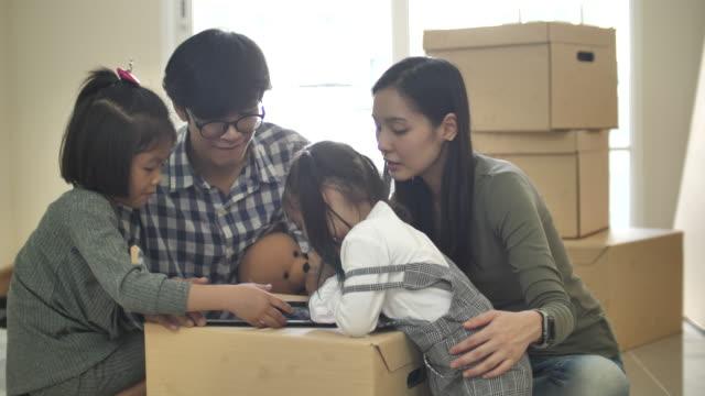 stockvideo's en b-roll-footage met gelukkig jong aziatisch familiepaar dat decoratiepunten online koopt - mixed race person