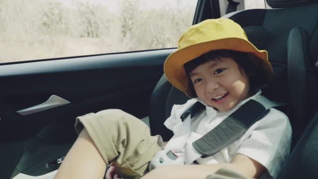 stockvideo's en b-roll-footage met gelukkige jonge jongen om te reizen. - landvoertuig